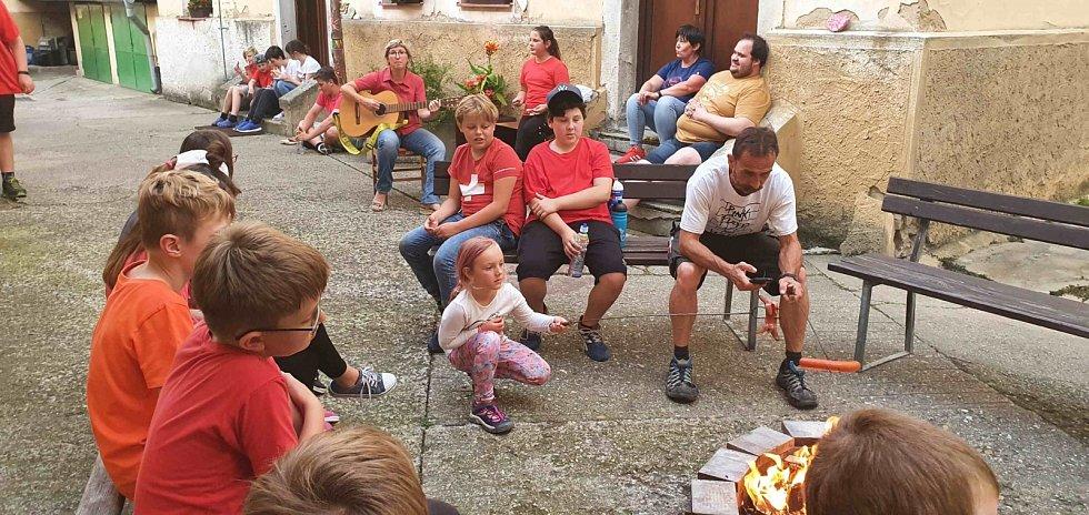 Duhový tábor při škole v Lovosicích.