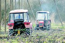 """Pracovníci společnosti Chmel """"Polepská blata"""" vláčí chmelnice v okolí Polep. Zahajují tak jarní práce ve chmelnicích. Zapravují tím do půdy jarní dávku hnojiv."""