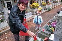 Hřbitovy se v pátek plnily stovkami lidí. Uctít drahé zesnulé přišla na litoměřický hřbitov také Helga Hartychová s vnukem.