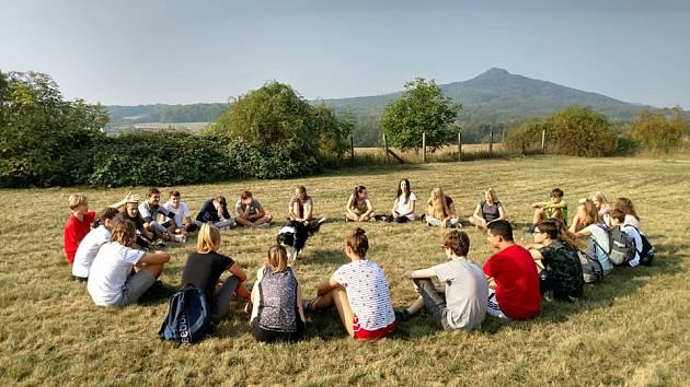 Noví gymnazisté z Lovosic se poznávali v Opárenském údolí