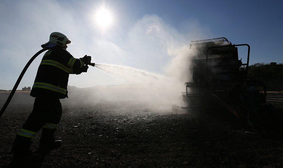 Balíkovač slámy u Litochovic lehl popelem. Hasiči vyhlásili druhý stupeň požárního poplachu