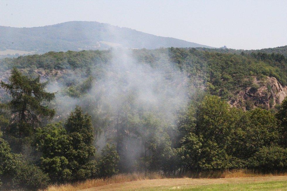 Požár v lese, dlouho nedostupné pro hasiče, pouze po úzké polní cestě.