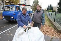 Pracovníci TSM Litoměřice připravují k odvozu vaky v Mládežnické ulici.