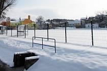 V Hoštce mají nové fotbalové hřiště. Jeho obnova byla ve městě největší loňskou investicí. Radnici vyšla na šest milionů korun.