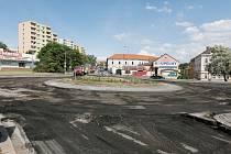 Kruhový objezd na Kocandě se opravuje.
