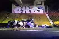 V havarovaném voze na dálnici D8 nedaleko Mnetěše zahynuli dva lidé