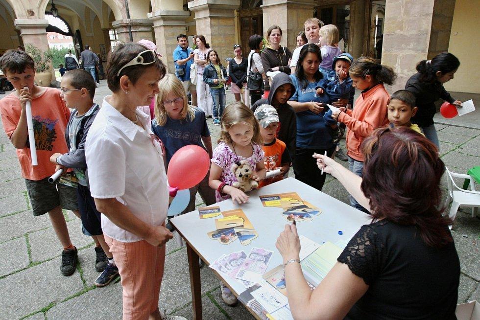 Stovky dětí s rodiči si užívaly dětský den,který pořádala správa libochovického zámku, 2011