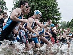 POPRVÉ v letošním ročníku Krále Středohoří poměří závodníci síly v triatlonu, první je na programu už zítra v Kocourově. Před rokem se s vodou setkali účastníci na začátku i na konci, kdy jejich odolnost prověřily dešťové přeháňky.