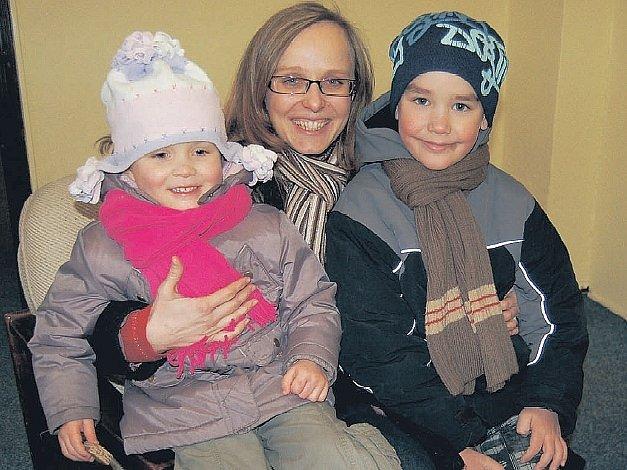 V REDAKCI. Olga Zieglerová, předsedkyně občanského sdružení Domov dětem, navštívila redakci litoměřického Deníku se dvěma z dětí – Adélkou a Šimonem.