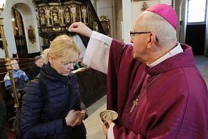 Litoměřický biskup Jan Baxant při mši udílel popelce. Popeleční středou začíná čtyřicetidenní postní období, které je přípravou na Velikonoce.