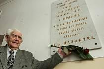 KVĚTINU položil na pamětní desku Vladimír Valta.