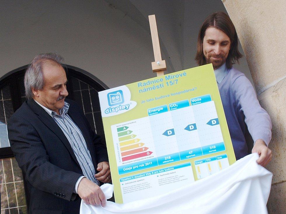 Štítek s informacemi o spotřebě energie, vody a o emisích oxidu uhličitého odhalil starosta Ladislav Chlupáč společně s energetickým manažerem města Jaroslavem Klusákem.