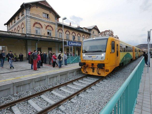 První vlak na opraveném horním nádraží.