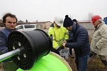 V pondělí spustili pracovníci odborné firmy do geotermálního vrtu v Litoměřicích speciální seismickou sondu pro měření otřesů a změn pod povrchem země.