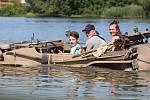 Téměř osmdesátka historických vozidel dorazila na sraz k jezeru Chmelař. Mezi nimi byla opět i vozidla jezdící na suchu a plovoucí na vodě.