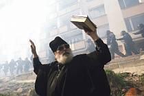 Odkud je tato fotografie? Při pohledu na pravoslavného kněze není jednoduché se zorientovat – o jakou zemi by mohlo jít? Odpověď je překvapivá. Jde o Českou republiku. Konkrétně o Krupku u Teplic, rok 2010.