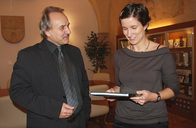 Knihu o Litoměřicích jako památku na rodné město předal Michale de La Bourdonnaye, rozené Žákové, starosta Ladislav Chlupáč.