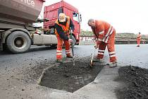 Oprava silnice před mostem v Terezíně.