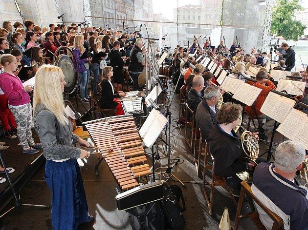 CARMINA BURANA. Loni pořádaný koncert přibližně se stovkou účinkujících měl u publika velký úspěch.