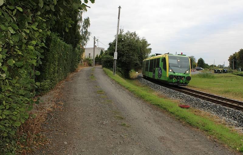 Cesta u železniční trati se už brzy dočká asfaltového povrchu.