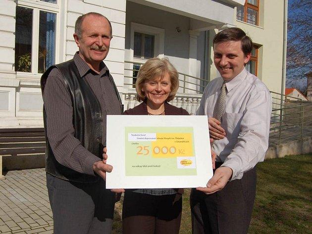 Od Hany Harákové dar převzal Pavel Česal, ředitel litoměřického hospice (vlevo) a předseda jeho sdružení Miloslav Marek.