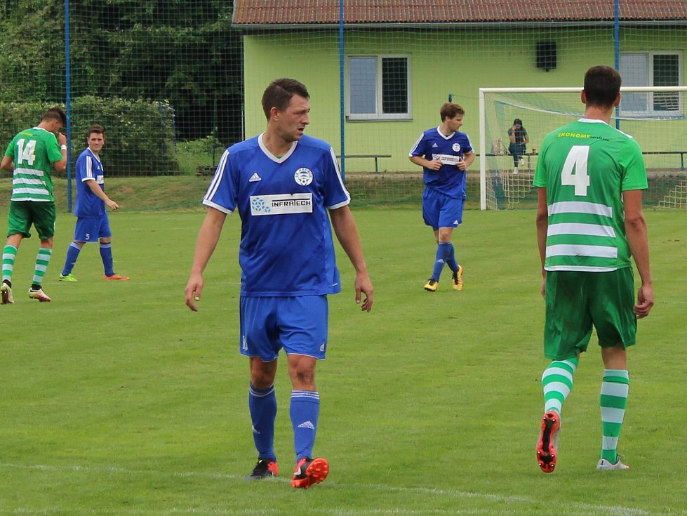 Divizní nováček (v modrém) porazil na domácím trávníku Nový Bor 2:0.