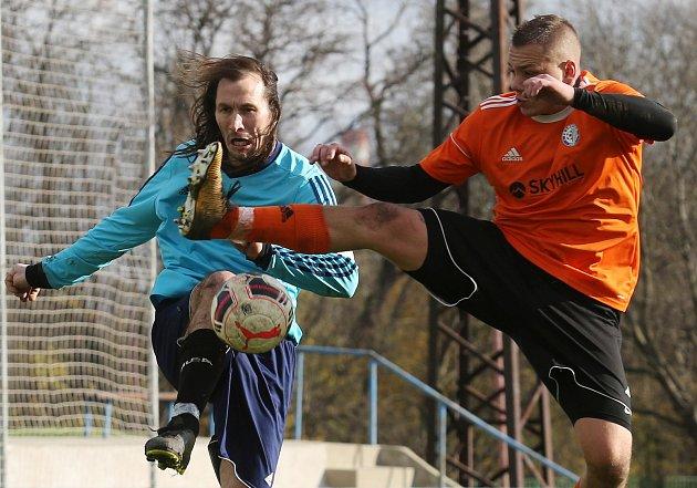 Fotbalisté Lovosic (v oranžovém) doma nezaváhali, porazili Střekov.