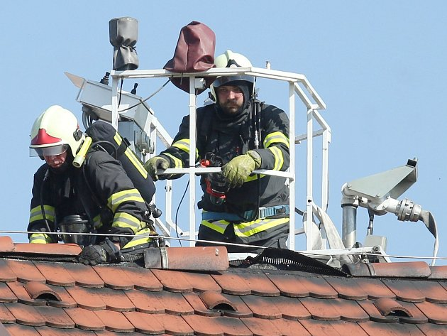 V Malých Žernosekách hořela střecha hospody.