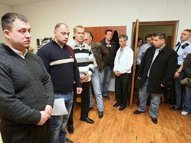 Soud s třinácti obviněnými z krádeží stavebních strojů,traktorů a dalších věcí. Prokázáno bylo 72 skutků krádeží, škoda téměř třicet milionů korun.