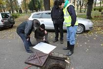 CHYSTAJÍ OPRAVU. Se systémem kanalizací pod královským městem Terezín jsme se zatím mohli seznámit prostřednictvím dokumentace a pohledem do nitra přes několik vpustí.