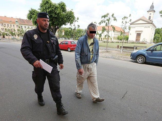 Strážník Tomáš Rotbauer již působí v Terezíně.