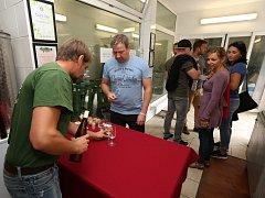 Stovky milovníků vína vyrazily na ochutnávky vína na Den otevřených sklepů.