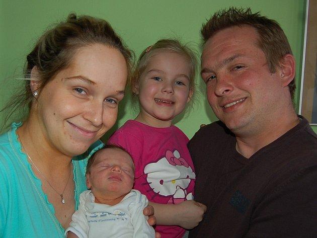 Michaele a Petru Kotěšovským ze Želkovic se 5.3. ve 3.44 hodin narodil v Litoměřicích syn Petr Kotěšovský (49 cm, 3,09 kg). Na snímku i se sestrou Laurou.