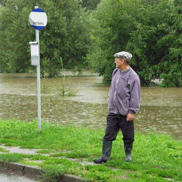 Stále stoupající hladina vody - Křešice, srpen 2002 (kliknutím zvětšíte fotografii)