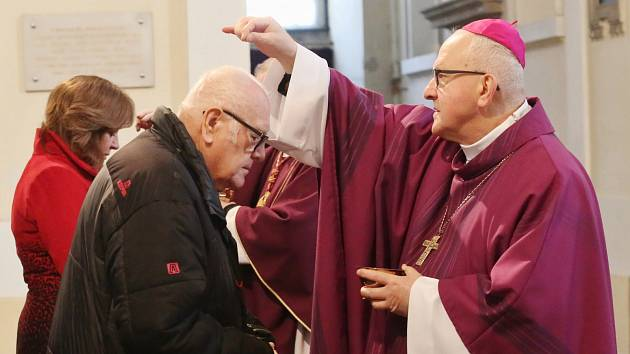 Biskup Jan Baxant udílel popelce