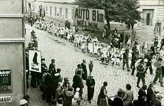 Slavnost československých národních socialistů 7. srpna 1932. Průvod přichází z dnešní Obchodní ulice. Místo domu za průvodem je dnes Nové náměstí.
