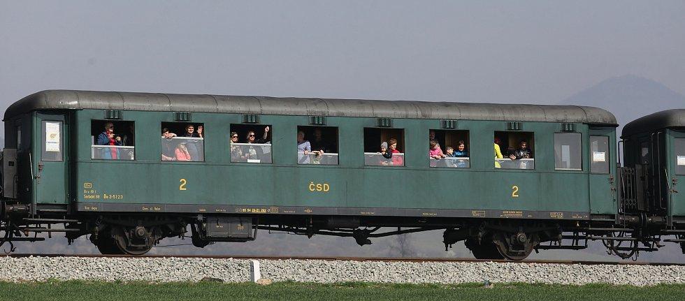 Parní lokomotiva Papoušek opět zahájila novou turistickou sezonu na Švestkové dráze.