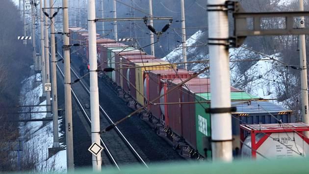 Na železniční zastávce Oleško zachytil nákladní vlak staršího muže