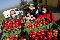 Městská nemocnice v Litoměřicích a Domov se zvláštním režimem v Terezíně dostal dar v podobě několika desítek metráků jablek. Zemědělské družstvo Klapý věnovalo právě těmto institucím ze svých zásob vitamíny, které budou klienti a pacienti v této těžké do