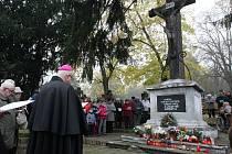 Na hřbitově vzpomněl na zemřelé také biskup Baxant
