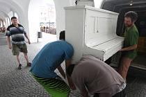 """Piano z litoměřického náměstí bylo odvezeno k """"přezimování"""" do ZUŠky"""