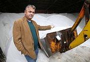 Vlastimil Filous ze Správy a údržby silnic Litoměřice ukazuje, že letos mají posypové soli dostatek.