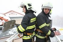 ŽÁKY LOVOSICKÉ ZÁKLADNÍ ŠKOLY ohrožoval padající sníh. Jednotka hasičského záchranného sboru proto problémovou střechu zajistila a sníh odstranila.