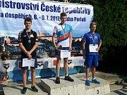 Vojtěch Netrh zvítězil při MČR na 200 metrů prsa v mladších dorostencích. Druhý skončil Grupáč z Ústecké akademie plaveckých sportů a třetí Kastelič ze Slavie Plzeň