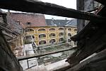 Žižkovy kasárny v Terezíně začali opravovat. Dělníci zajišťují stropy, aby mohli pokračovat na půdě domu.