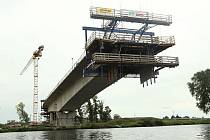 Výstavba nového mostu pokračuje.