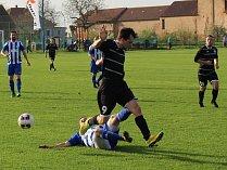 Fotbalisté SK Roudnice (v modrobílém) vyhráli v Rovném 2:1.