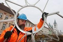 Pracovníci technických služeb začali v Litoměřicích instalovat vánoční výzdobu.