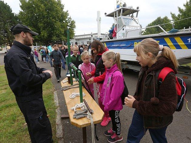 ŽÁCI si na výstavišti mohli prohlédnout policejní motorový člun, vyzkoušet neprůstřelnou vestu, nebo například vzít do ruky zbraň.