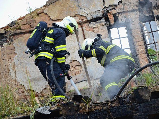 Litoměřičtí hasiči likvidovali požář v bývalém skladu na nákladovém nádraží.